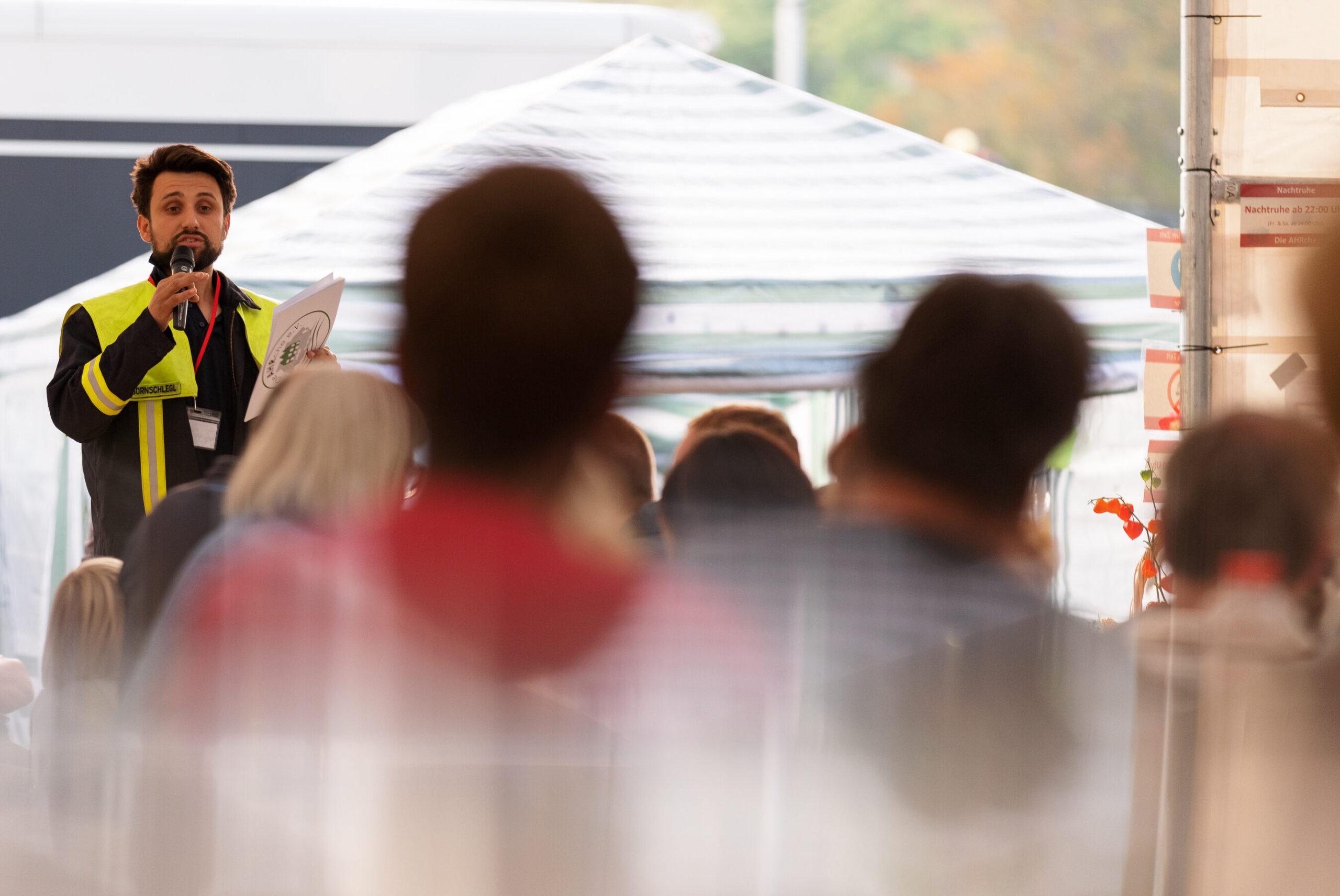 Lucas Bornschlegl im Gespräch mit Betroffenen bei einem Informationsabend der AHRche e.V.